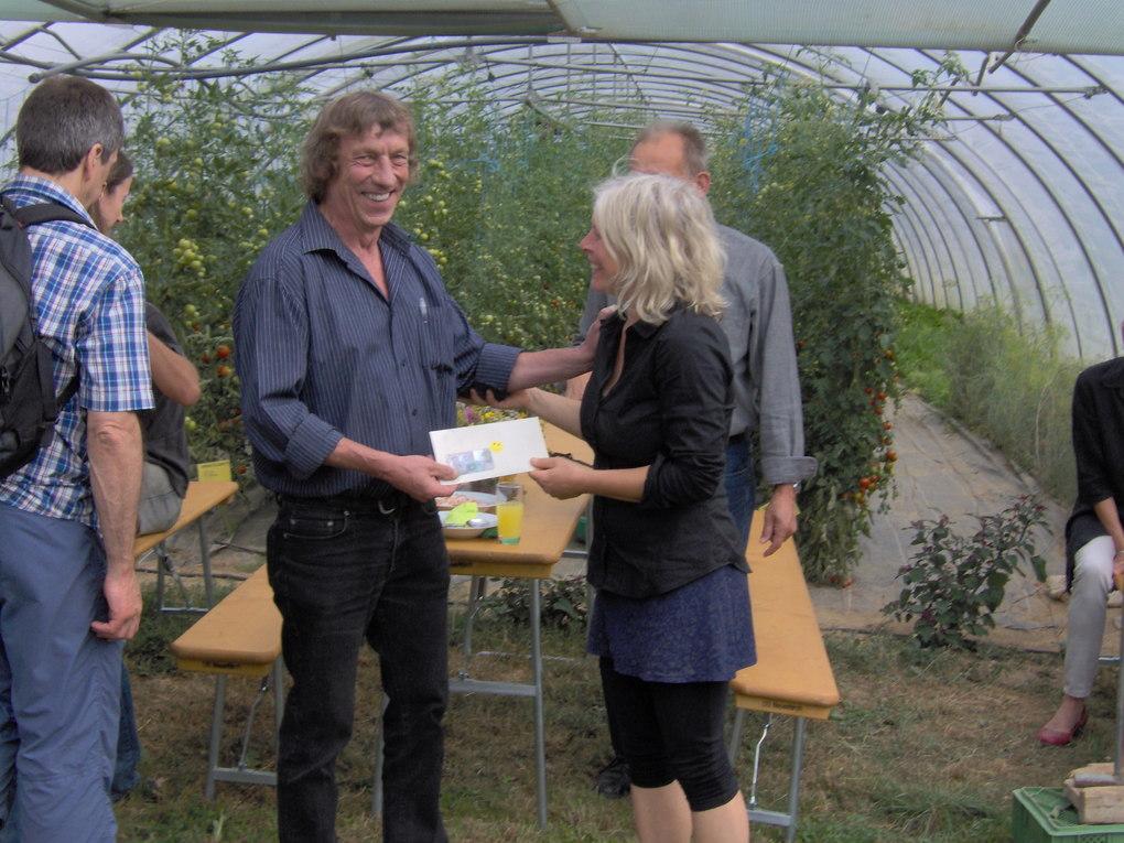 Ragna übergibt Norbert Spende